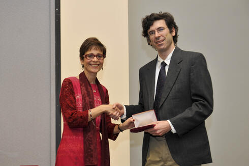 INFORMS President Rina Schneur presenting the Lanchester Medal to Jon Kleinberg